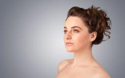 关闭美丽的年轻赤裸女孩画象  免版税库存照片
