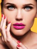 关闭美好的年轻模型画象与桃红色嘴唇的 免版税库存图片