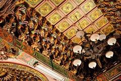 关闭老传统三峰寺庙天花板  图库摄影