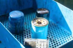 关闭老和肮脏的汽车油滤清器 免版税库存图片