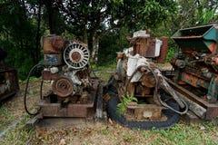 关闭老机器工厂制造钢和使用在摒弃的过去打破的和土气机器fa 免版税库存照片