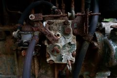 关闭老机器工厂制造钢和使用在摒弃的过去打破的和土气机器fa 库存照片