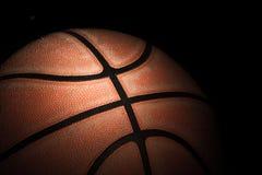关闭老篮球 图库摄影