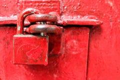 关闭老红色锁背景 免版税库存图片