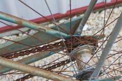 关闭老自行车后方生锈的扣练齿轮  免版税库存照片