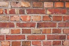 关闭老被风化的砖墙 库存图片