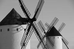 关闭老风车在阿尔卡萨尔德圣胡安,唐吉诃德,西班牙路线  免版税库存图片