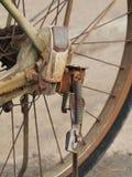 关闭老,肮脏和生锈的自行车链子、扣练齿轮和脚钉照片在后轮 库存图片