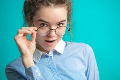 关闭聪明的女孩佩带的glasss播种的照片  库存图片