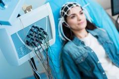 关闭脑电描记器录音妇女脑波  库存图片