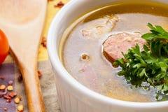 关闭自创香肠汤用在白色小模子碗的荷兰芹 图库摄影