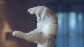 关闭自动地握紧一个机械的拳头 影视素材