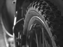 关闭自行车轮胎(黑白)背景的 免版税库存照片