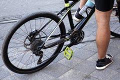 关闭自行车骑马由人 免版税库存图片