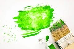关闭艺术刷子和绿色水彩绘与白皮书 免版税库存图片