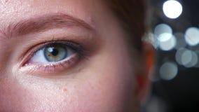 关闭英尺长度眼影膏的在看直接地与种类的照相机的美丽的白种人妇女的绿色被聚焦的眼睛 股票视频