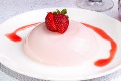 关闭草莓布丁点心 免版税库存图片
