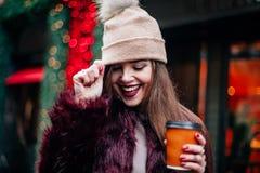 关闭获得时髦的少妇室外时尚画象乐趣,情感面孔,笑,看下来 都市城市街道st 免版税库存照片