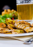关闭菠萝腰果在板材的鸡肉菜肴 免版税库存图片