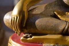 关闭菩萨雕象右手在寺庙泰国的 免版税库存照片