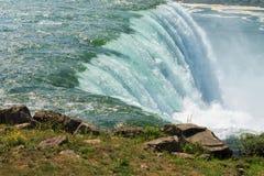 关闭落在尼亚加拉瀑布的水的射击 免版税库存图片