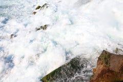 关闭落在尼亚加拉瀑布的水的射击 免版税库存照片