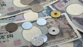关闭落在钞票的日本硬币日元1000和10000日元背景 超级慢动作120 fsp 影视素材