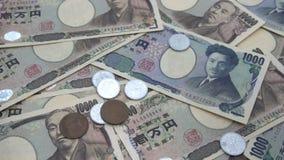 关闭落在钞票的日本硬币日元1000和10000日元背景 超级慢动作120 fsp 股票视频