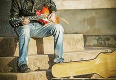 关闭葡萄酒口气的一位吉他演奏员 库存图片