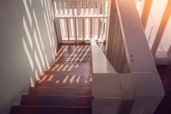 关闭葡萄酒木楼梯建筑学在木房子里面的 免版税库存照片