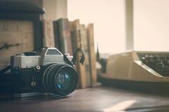 关闭葡萄酒老照相机,时钟,书,有su的打字机 免版税库存图片
