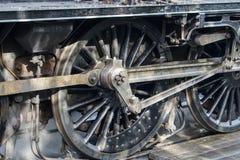 关闭葡萄酒蒸汽引擎的驱动轮 免版税库存图片