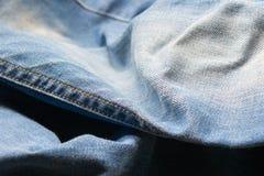 关闭蓝色牛仔裤,牛仔布纹理,选择聚焦 免版税库存照片