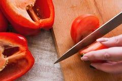 关闭蕃茄和胡椒切口的图片 免版税图库摄影