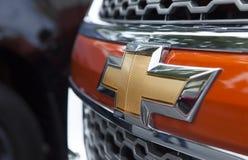 关闭薛佛列商标在汽车前面的 免版税库存图片