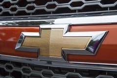 关闭薛佛列商标在汽车前面的 图库摄影