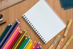 关闭蜡笔看法  色的铅笔 在木背景的色的铅笔 图库摄影