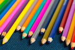 关闭蜡笔看法  色的铅笔 在木背景的色的铅笔 库存图片