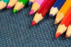关闭蜡笔看法  色的铅笔 在木背景的色的铅笔 免版税库存照片