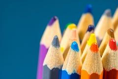 关闭蜡笔看法  色的铅笔 在木背景的色的铅笔 库存照片