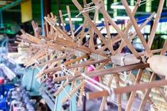 关闭螺纹轮子松捻大麻制成的绳索为编织的machi工作 免版税库存图片