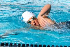 关闭行动被射击青少年的游泳者 免版税库存图片