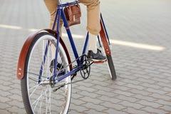 关闭行家人乘坐的固定的齿轮自行车 免版税图库摄影