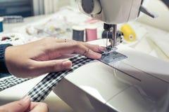 关闭衣物与缝合设备的时装设计师裁缝 库存图片