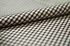 关闭衬衣卷条纹织品棕色和空白线路  库存图片