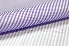 关闭衬衣卷浅紫色和白色织品  免版税库存图片