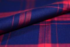 关闭衬衣卷深蓝和红色斯科特样式织品  库存图片