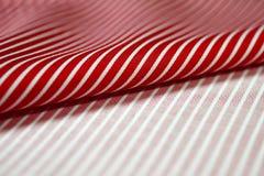 关闭衬衣卷红色和白色织品  免版税库存照片