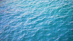 关闭被干扰的蓝色海洋水表面 t 股票录像