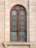 关闭被成拱形的绿色详细的彩色玻璃教会窗口在Cradock 库存照片
